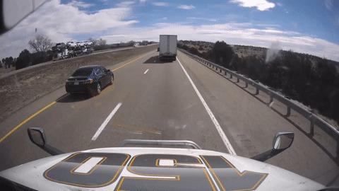 Водитель седана помогает фуре избежать аварии
