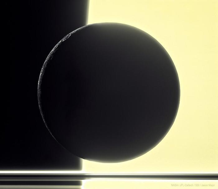 Силуэт Дионы на фоне Сатурна и его колец. Спутник имеет диаметр всего 1123 км. Снимок Кассини, свежая обработка от Jason Major