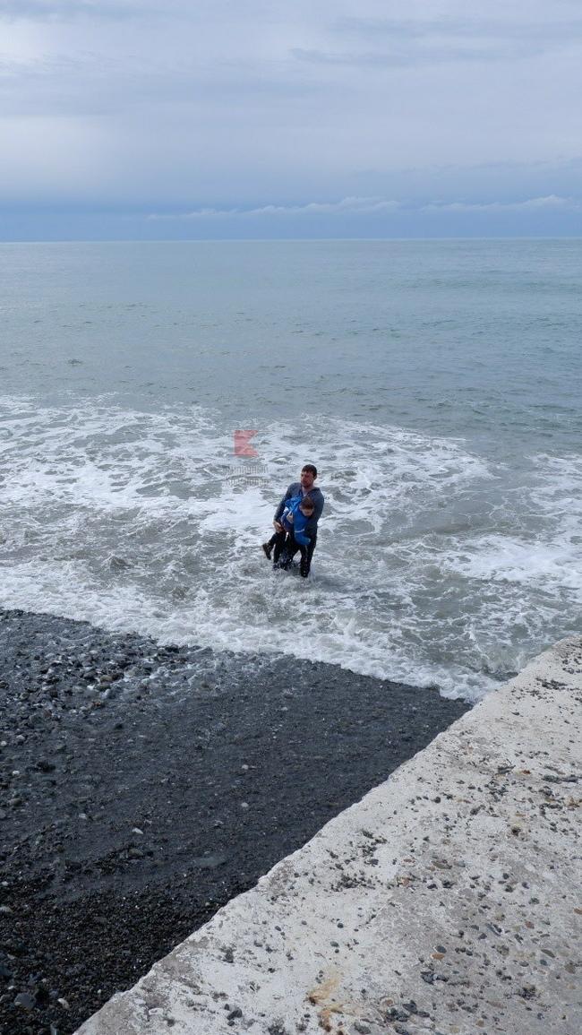 Сегодня в Сочи на пляже смыло волной с пирса мальчика лет семи Сочи, Спаситель, Пирс, Море, Черное море, Длиннопост
