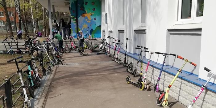 Школьная парковка Парковка, Дети, Самокат, Школа