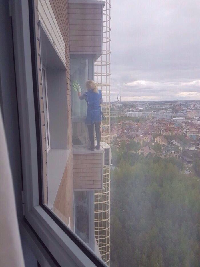 Моет окна, 19 этаж