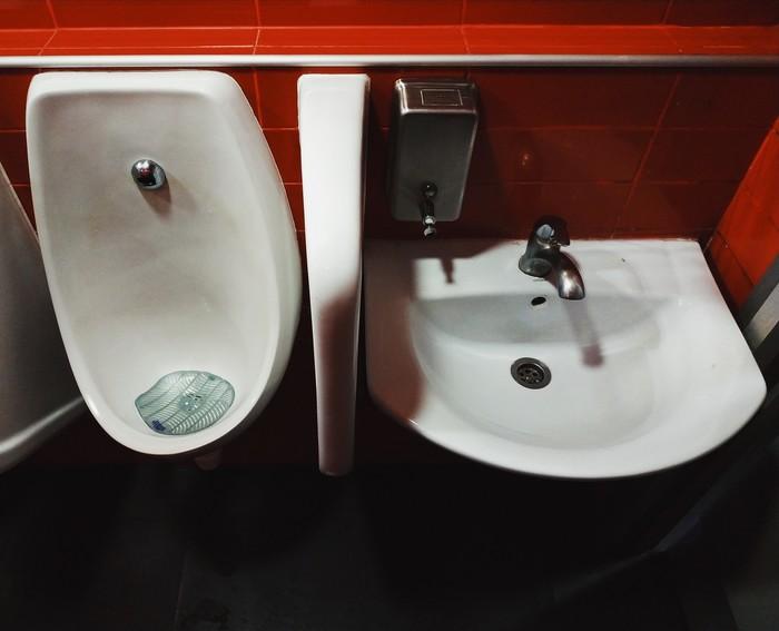 """Как говорят хирурги, """"только покойник не ссыт в рукомойник"""" Туалет, Умывальник, Kfc"""