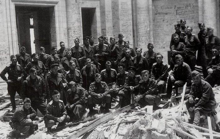 Бойцы Советской Армии внутри Рейхстага. Великая Отечественная война, Красная Армия, Фотография, Берлин, Рейхстаг, 1945