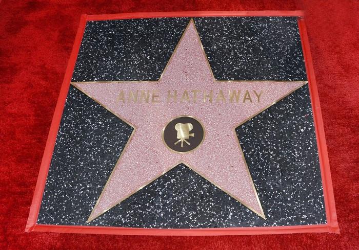 """Пока ты живёшь в 2019, Энн Хэтэуэй получает звезду на """"Аллее славы"""" в 20119 Энн Хэтэуэй, Аллея Славы, Звезда, Новости, И так сойдет, Длиннопост, Зведа на аллее Славы"""