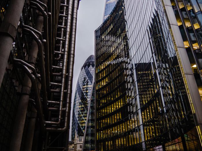 Лондонский огуречик в панораме высоток