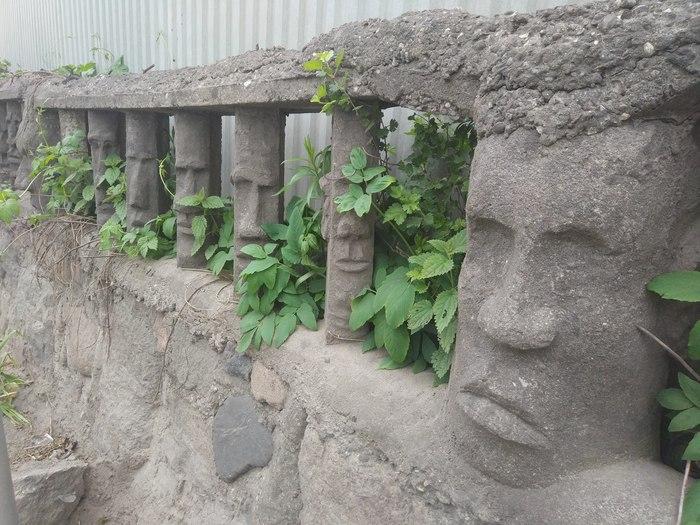 Самый необычный забор, который я видел Калининград, Забор, Необычное, Я вижу лица, Остров Пасхи, Длиннопост