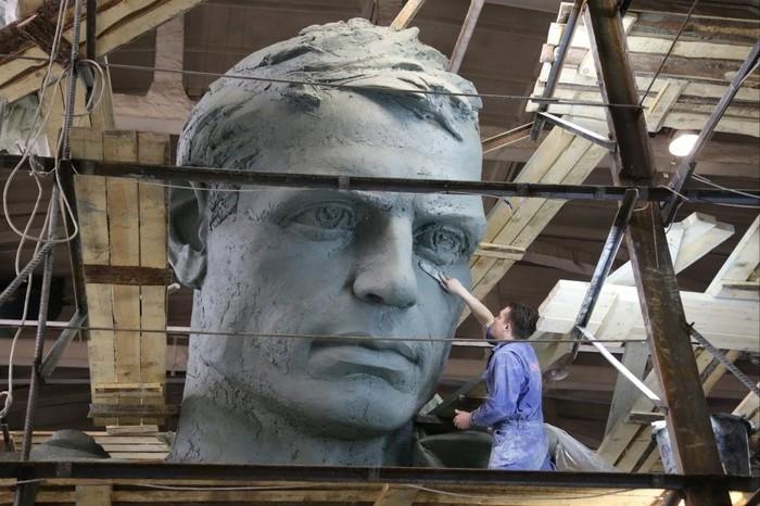 Первый из трёх частей памятника почти готов Скульптура, Памятник, Работа