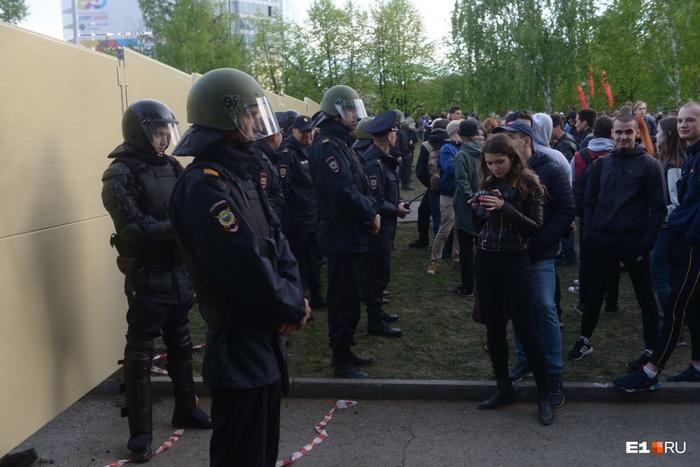 Тем временем в Екатеринбурге вытеснили протестующих и поставили мощный забор Екатеринбург, РПЦ, Храм, Строительство, Сквер, Протест, Забор, Новости