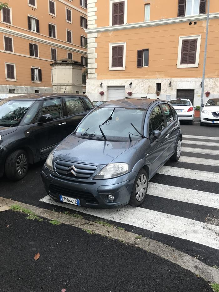 Как местные борются с парковкой на пеш. переходах. Рим, Италия.