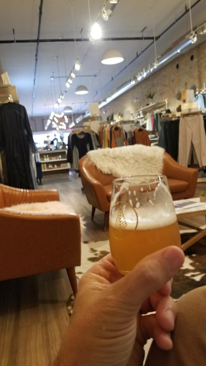 Магазин женской одежды, где подают пиво. Гениально! Фотография, Пиво, Магазин, Ожидание