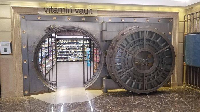 Бывший банк, а теперь аптека