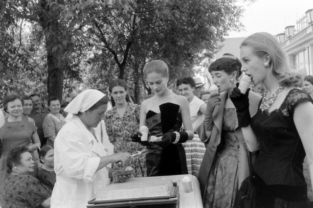 Британские модели пробуют советское мороженое, Москва, 1956