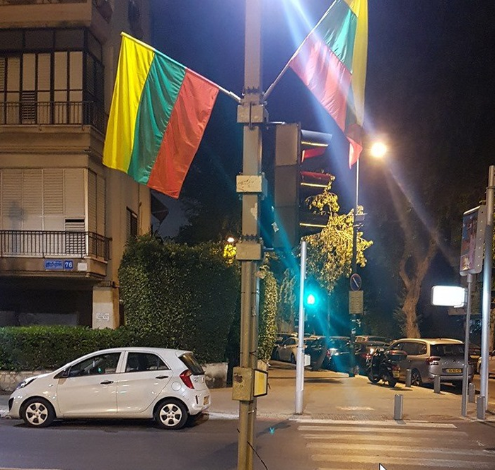 В преддверии гей-парада мэрия Тель-Авива развесила на улицах разноцветные флаги... Литвы Тель-Авив, Гей-Парад, Флаг, Литва, Мэрия, Израиль