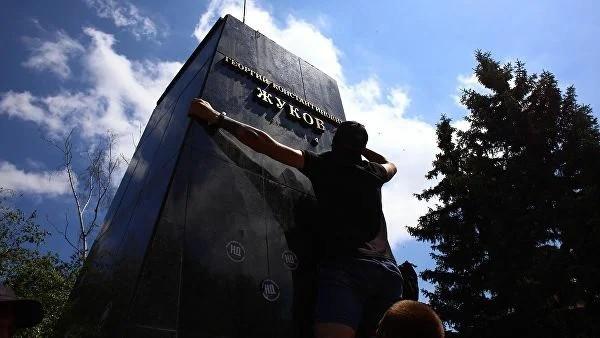 Зеленский отреагировал на снос в Харькове бюста Жукова. Украина, Памятник, Жуков, Политика, Националисты