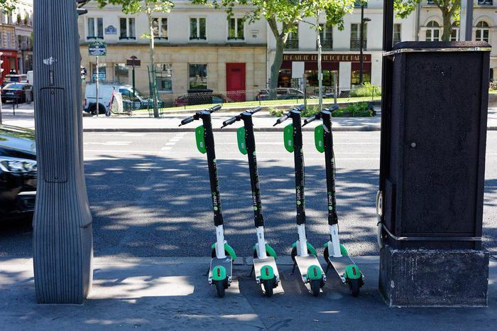 В Париже запретят парковать самокаты на тротуарах Франция, Париж, Самокат, Регулирование, Ограничения