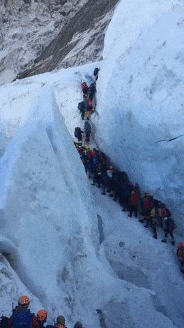 Тем временем на Эвересте.
