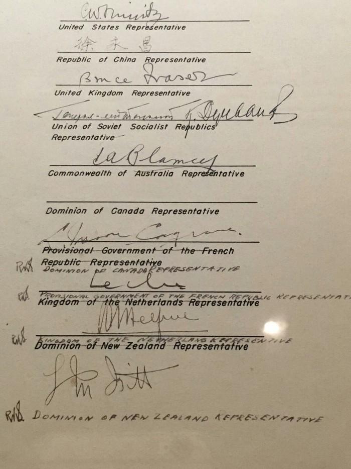 В документе об японской капитуляции 1945-го года представитель Канады промахнулся своей подписью. Пришлось переносить все подписи ниже