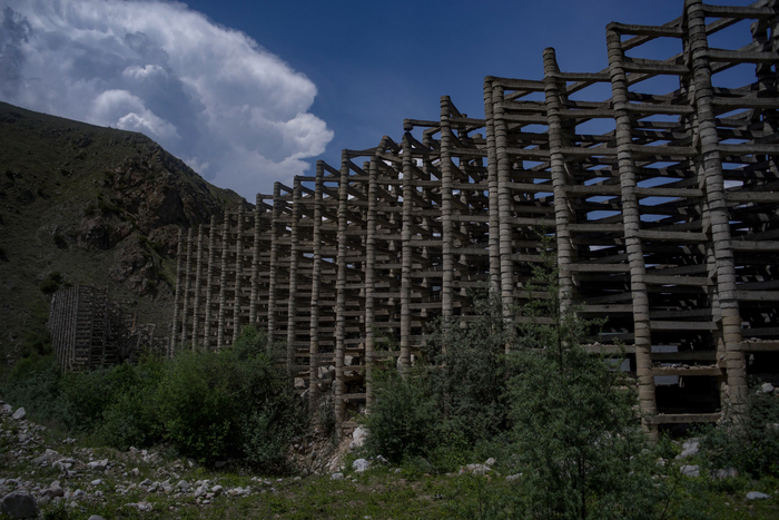 Разрушенный селеуловитель над Тырныаузом