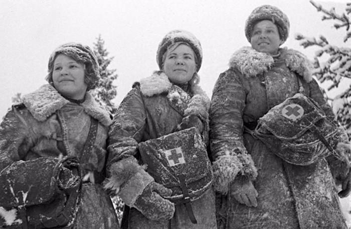 Девушки-санитарки во время Великой Отечественной войны. Ноябрь 1942 года