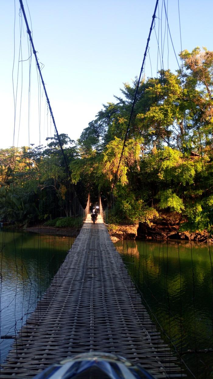 Деревенский мост из бамбука и проволоки. Индонезия. Индонезия, Путешествия, Мост, Умелые руки, Длиннопост