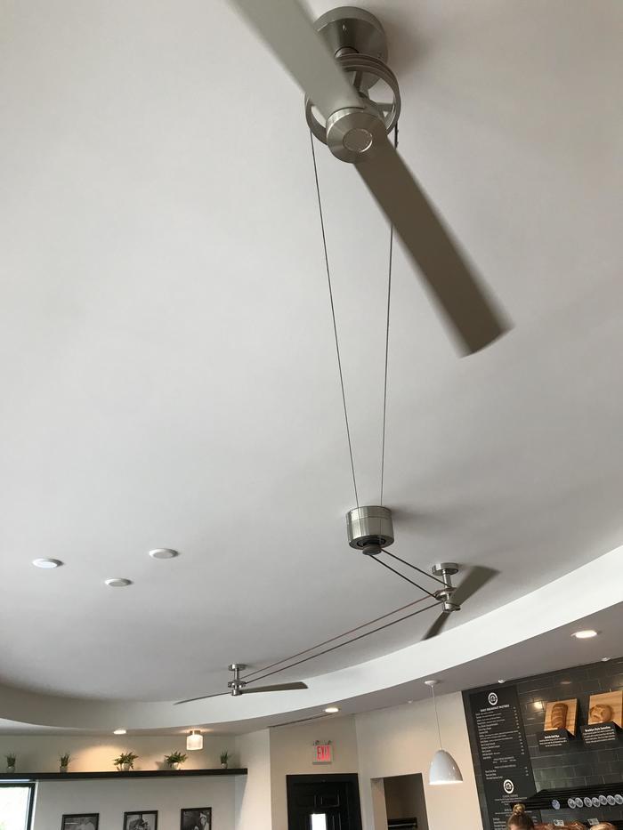 Три потолочных вентилятора работают от одного двигателя