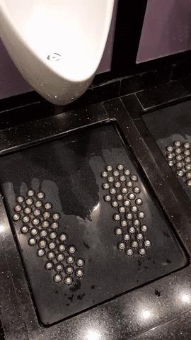 Чистый пол в туалете.