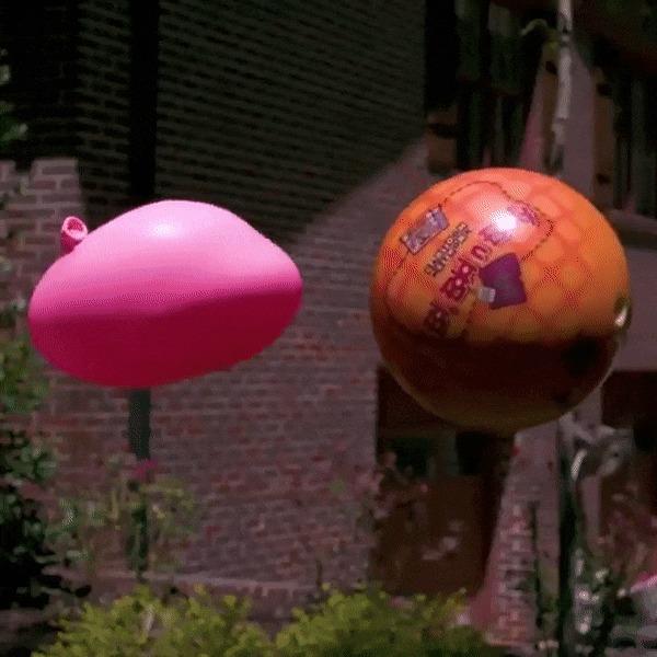 Шар для боулинга vs воздушный шар Воздушный шар, Шары для боулинга, Гифка, Залипалка