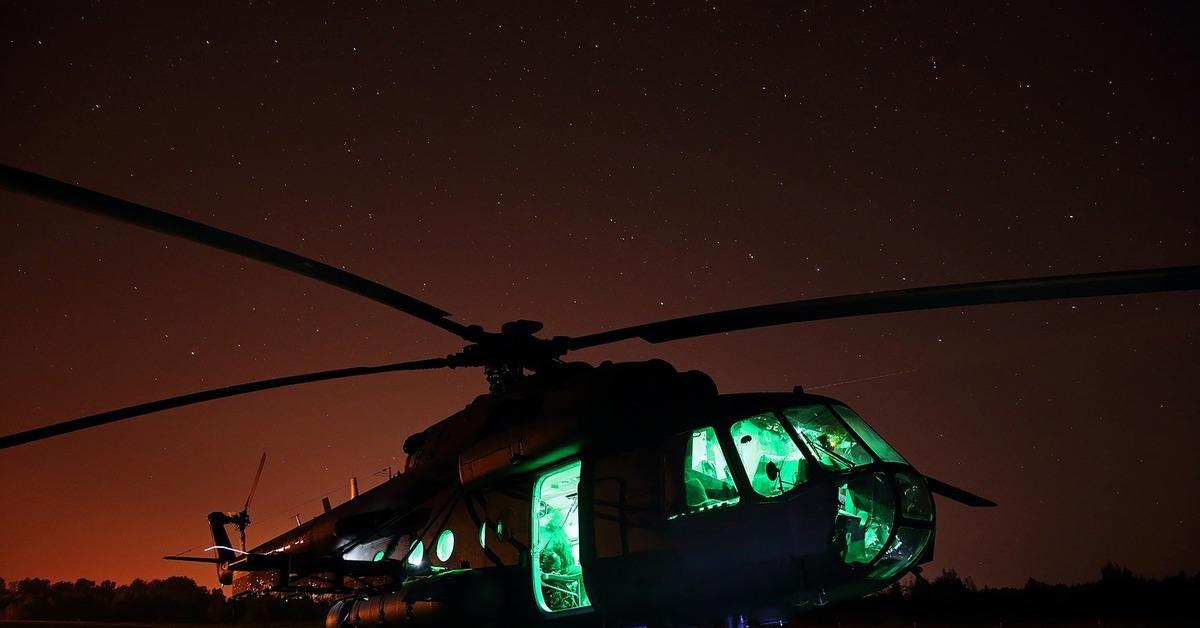 украшающие вертолет ночью фото грудь, складки