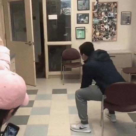 Счастливый щенок воссоединяется со своим человеком после недельной разлуки
