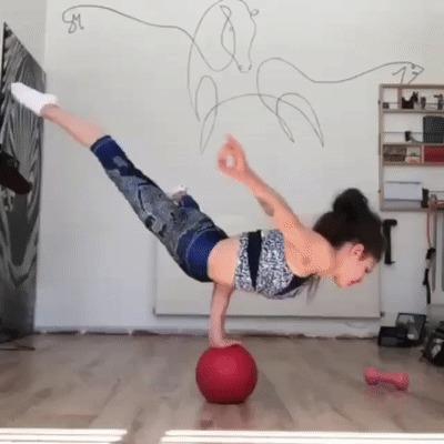 Девушка ня мяче