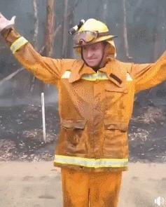 Пожарные буквально танцуют от радости, так как дождь падает на бушующие костры, которые горели в Австралии в течении нескольких недель. Австралия, Пожарные, Дождь, Гифка