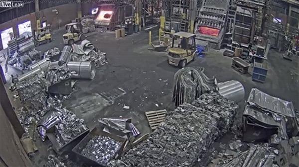 Рабочий загрузил в печь мокрый металлолом