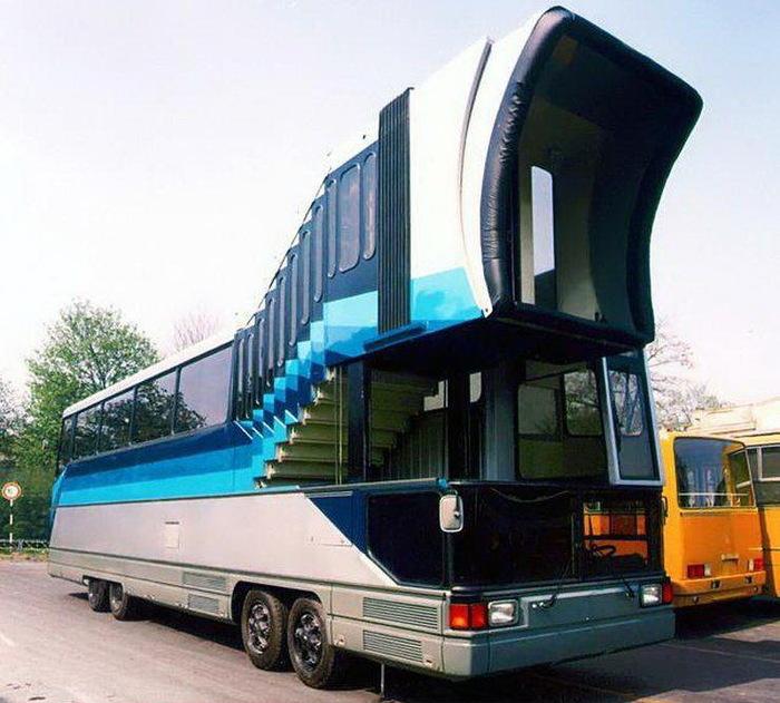 Созданный в начале 80-х прототип автобусаИкарус, который должен быть доставлять пассажиров прямо в салон самолета