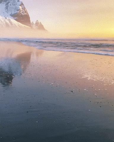 На пляже где-то в Исландии