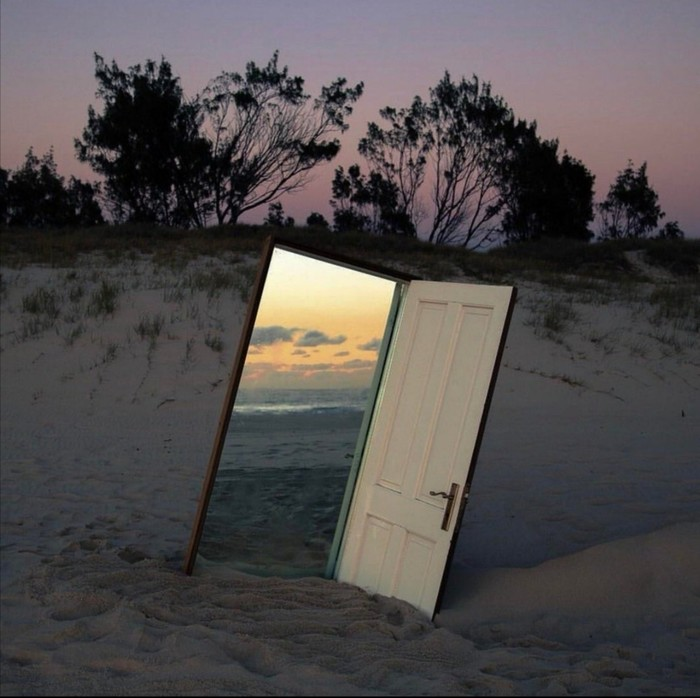Зеркало рядом с дверью