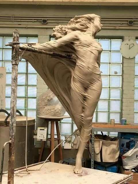 Девушка скульптор за работой работа для моделей москва мужчины