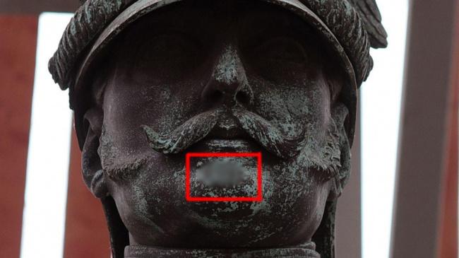 На лице памятника как мы подтвердили существование городской легенды