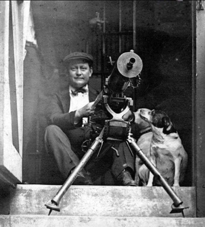 Белый мужчина на крыльце своего дома готовится к обороне во время прокатившихся по Чикаго межрассовых беспорядков, июль 1919 г