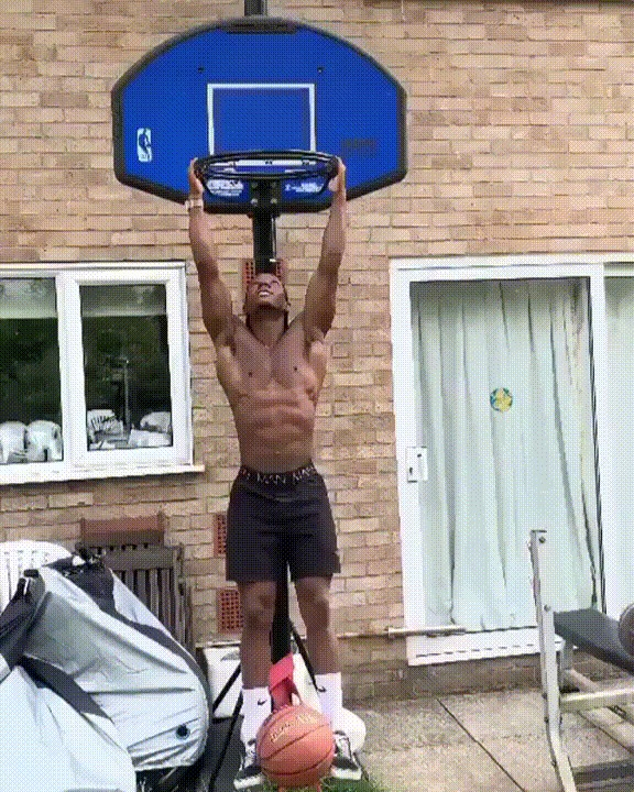Это парень играет в баскетбол как-то не так