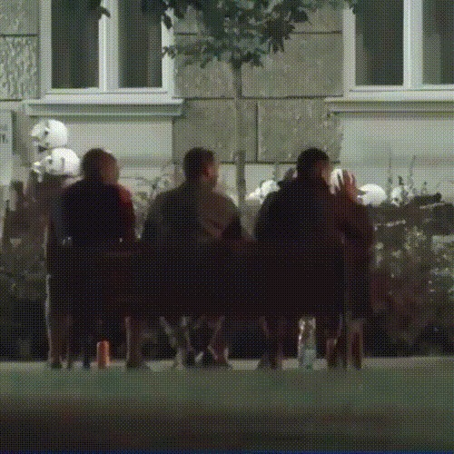 Обычное сидение на скамейке во время протестов может быть опасным и болезненным Сербия, Избиение, Протест, Люди, Полиция, Мужчина, Гифка, Видео, Негатив