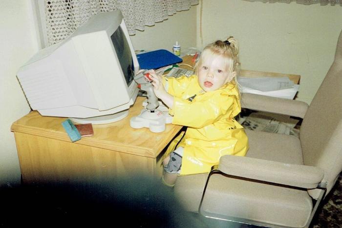 Quot1994. Мама привела меня к бабушке. Как только та ушла, бабуля включила нам Wolfenstein на ПК. Начало моей любви к играм - бабуля и нацистыquot