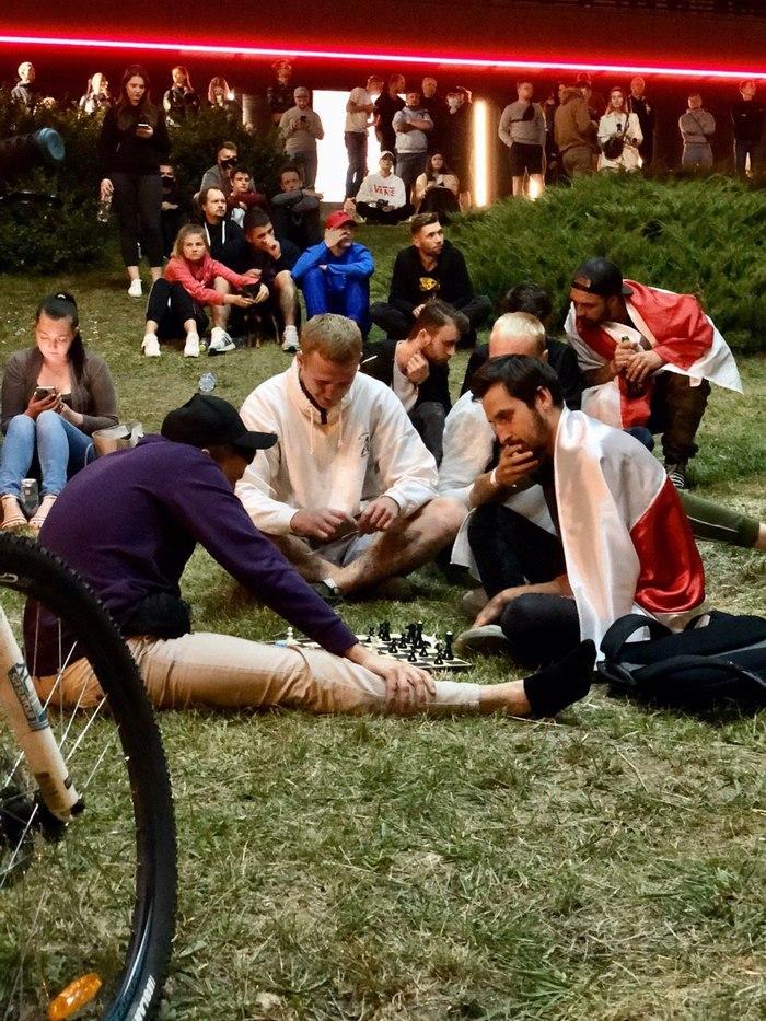 Приходит как-то ОМОН на акцию, а там белорусы в шахматы играют