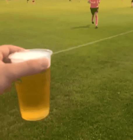 """""""Пивка для рывка"""" © Спорт, Футбол, Любительский футбол, Болельщики, Пиво, Гифка"""