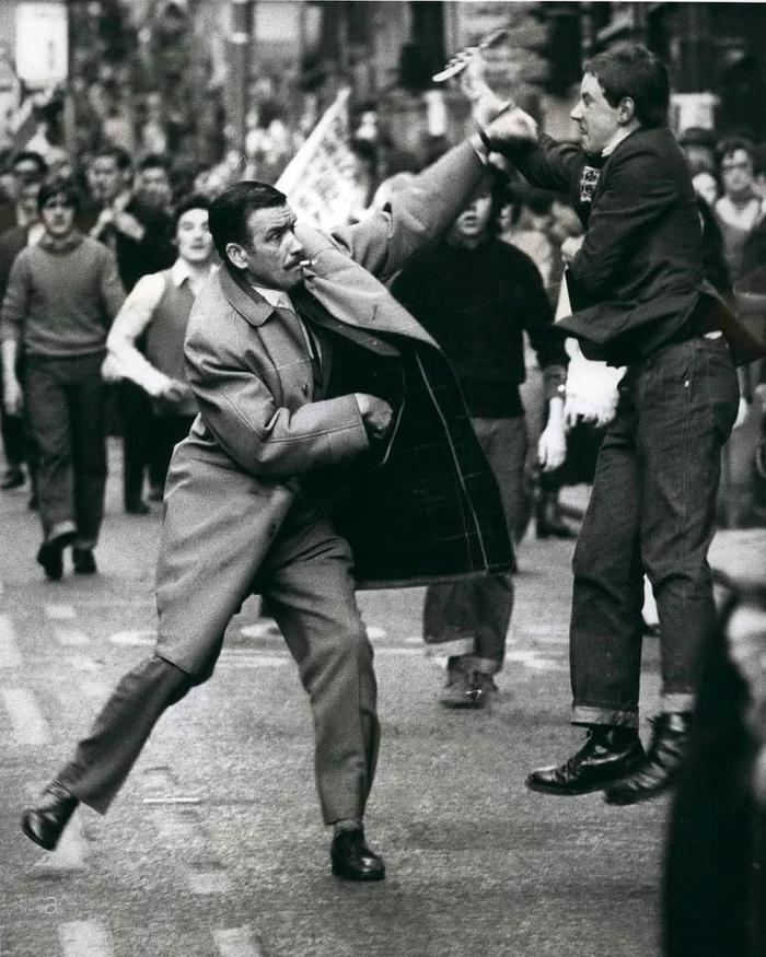 Детектив-инспектор Джордж Джонстон противостоит преступнику с бритвой,Глазго, Шотландия, 1971 Глазго, Шотландия, Полиция, Преступность, Черно-белое фото