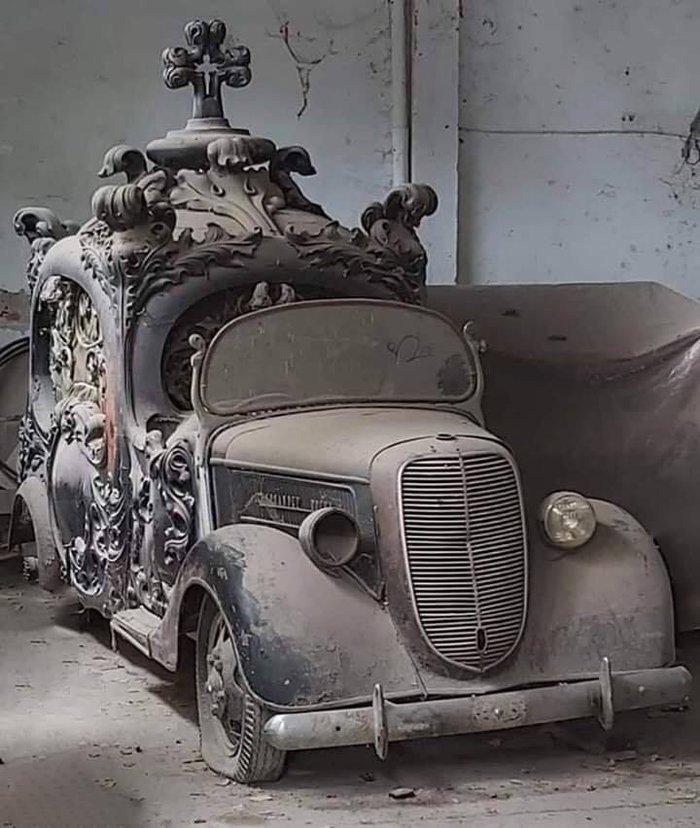 Заброшенный катафалк 1930-х годов