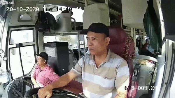 Пассажирский автобус переворачивается, пытаясь избежать столкновения с женщиной на мотоцикле ДТП, Автобус, Мотоциклист, Негатив, Гифка