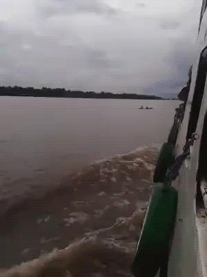 Бразильские дети ловят попутку