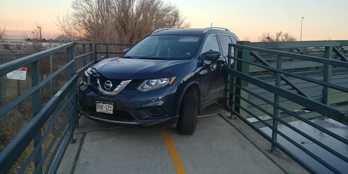 Водятел на Nissan Rogue попытался проехать по пешеходному мосту, но что-то пошло не по его плану