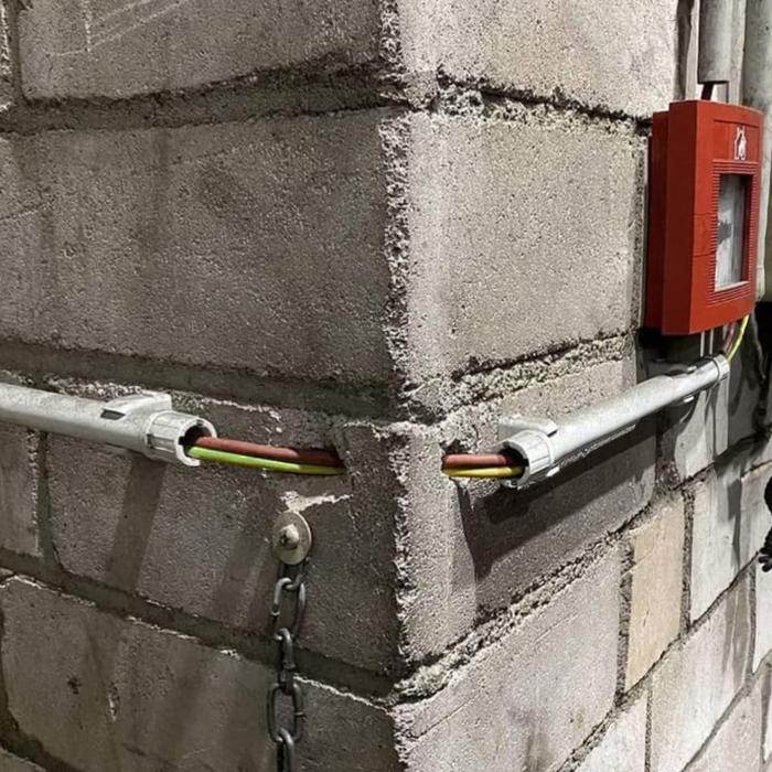 А как вы прокладываете кабель, если попался угол?)