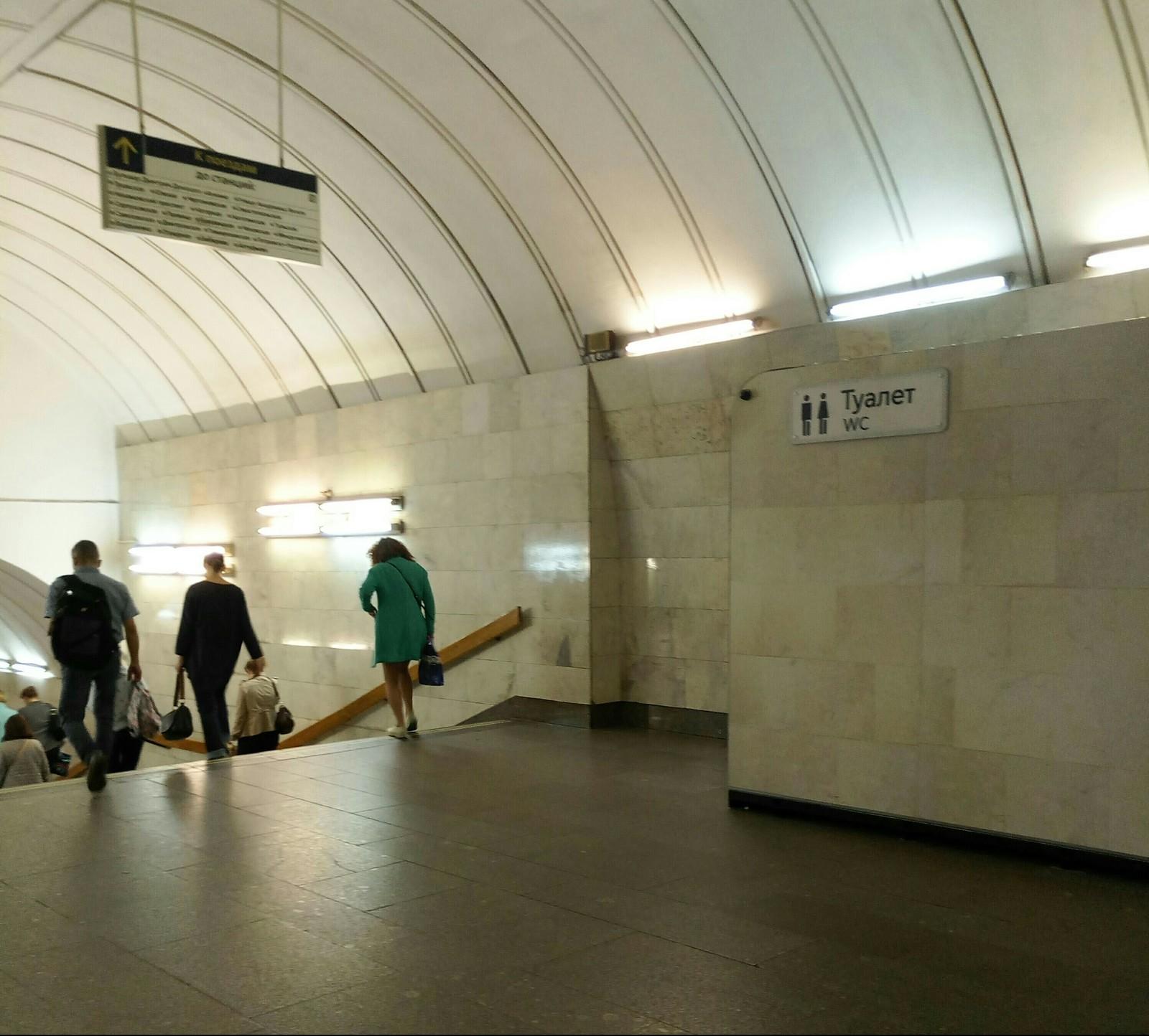 Бомж насрал в метро